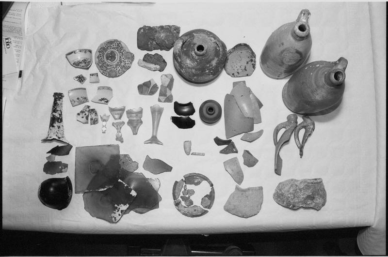 Vue des divers éléments de verre et de céramique découverts (fouille M. L'Hour/Drassm).