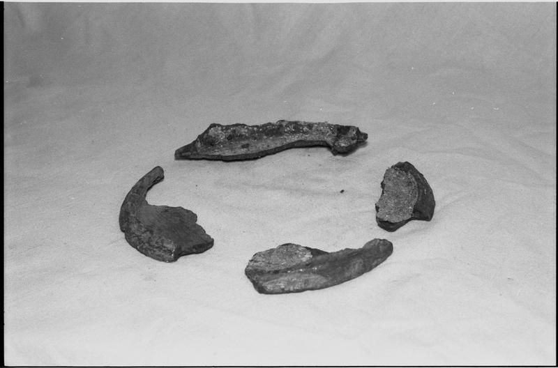 Vue d'un lot de quatre fragments de fond de pot de grès (fouille M. L'Hour/Drassm).