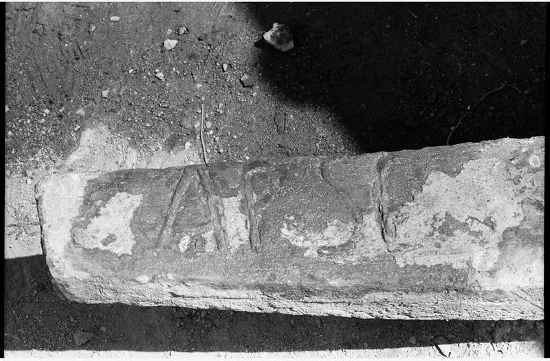 Vue de détail des marques sur la patte d'un jas d'ancre en plomb (fouille R. Lequément).