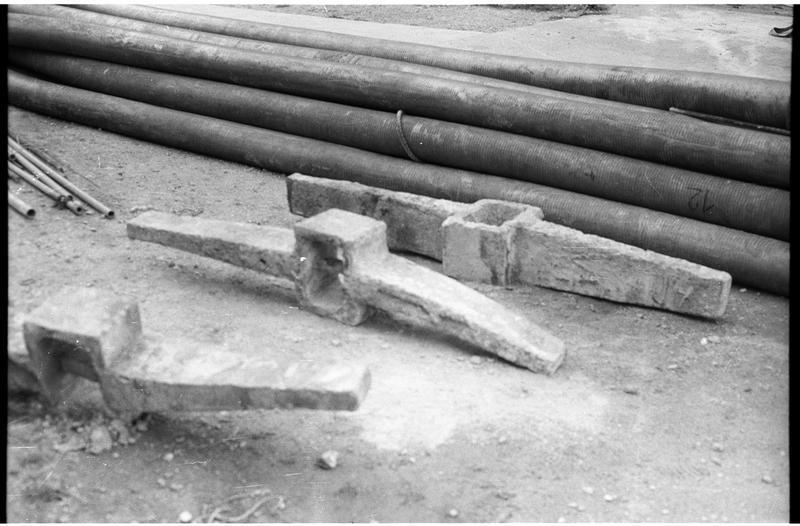 Vue de trois jas d'ancre en plomb (fouille R. Lequément).