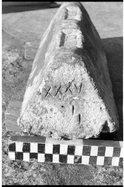 Vue du profil d'un lingot de plomb estampillé (fouille H. Bernard/Drassm).