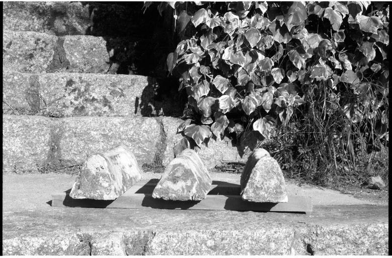 Vue du profil de trois lingots de plomb estampillés (fouille H. Bernard/Drassm).