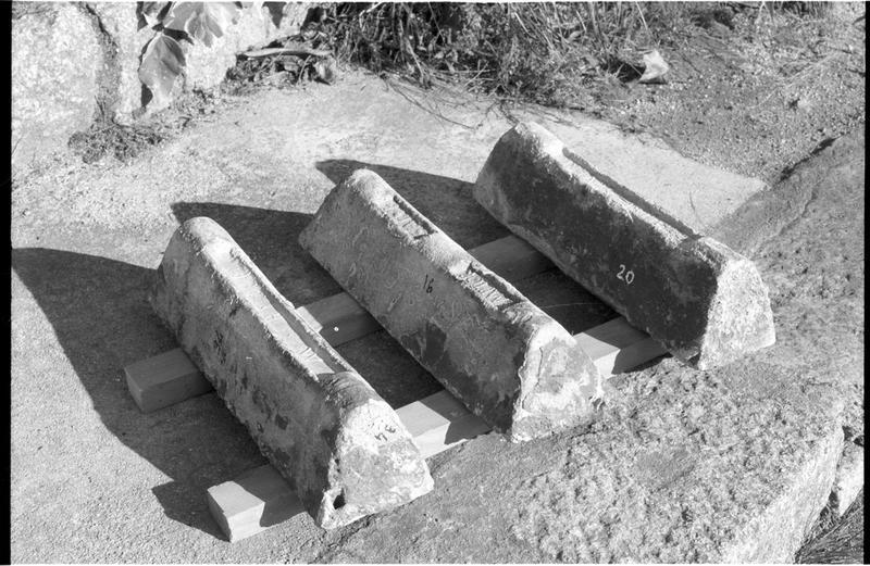 Vue de trois lingots de plomb estampillés (fouille H. Bernard/Drassm).