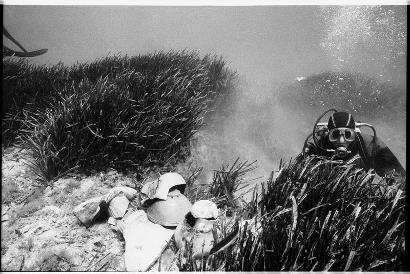 Vue sous-marine d'un plongeur et de la céramique découverte (fouille A. Taniou).