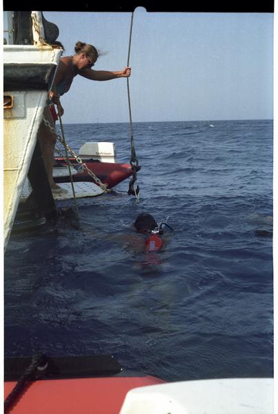 Vue d'un plongeur et du câble de la grue (fouille H. Bernard/Drassm).