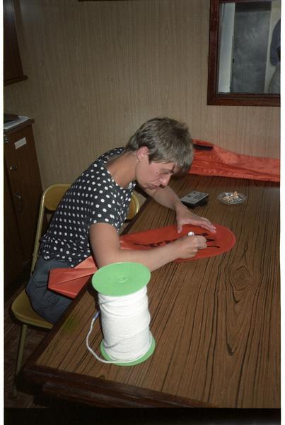 Vue de l'un des membres de l'équipe de fouille (Kathy Dovis) préparant les ballons de plongeur (fouille H. Bernard/Drassm).