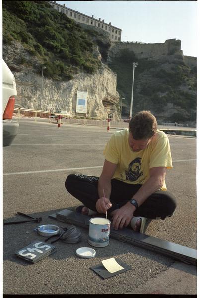 Vue de l'un des membres de l'équipe de fouille (Denis Metzger) préparant les numéros des amphores (fouille H. Bernard/Drassm).