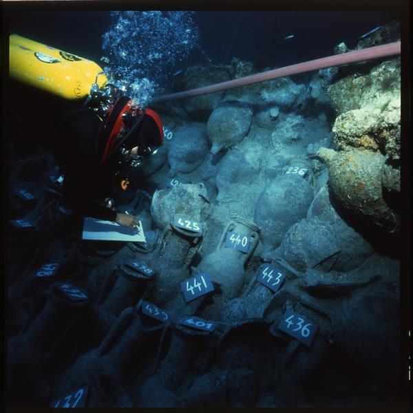 Vue sous-marine d'un plongeur effectuant le relevé des amphores (fouille H. Bernard/Drassm).