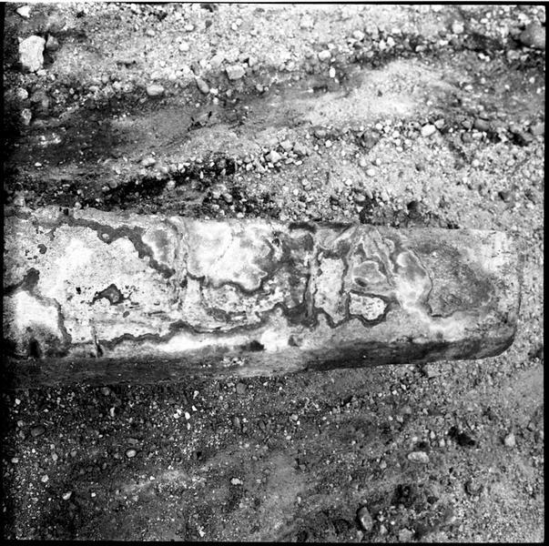 Vue de détail des marques d'un jas d'ancre en plomb (fouille R. Lequément).