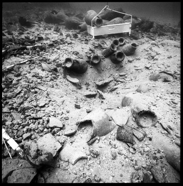 Vue sous-marine des amphore in situ (fouille R. Lequément).