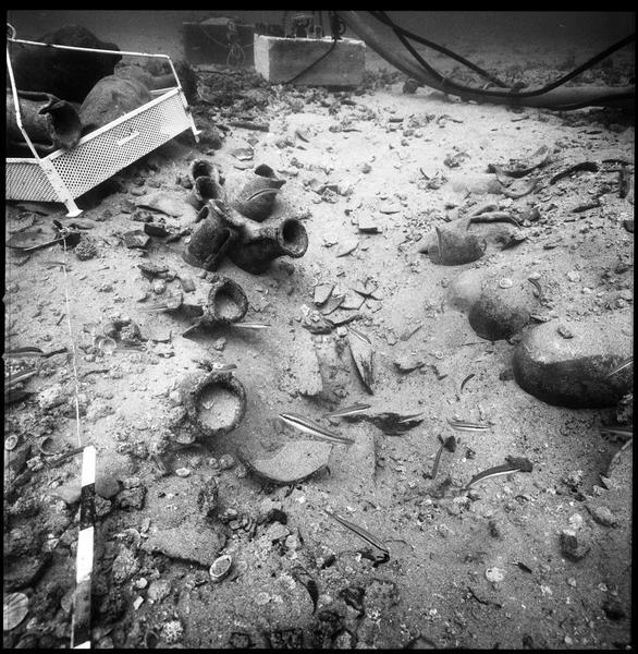 Vue sous-marine des amphores et lingots de plomb in situ (fouille R. Lequément).