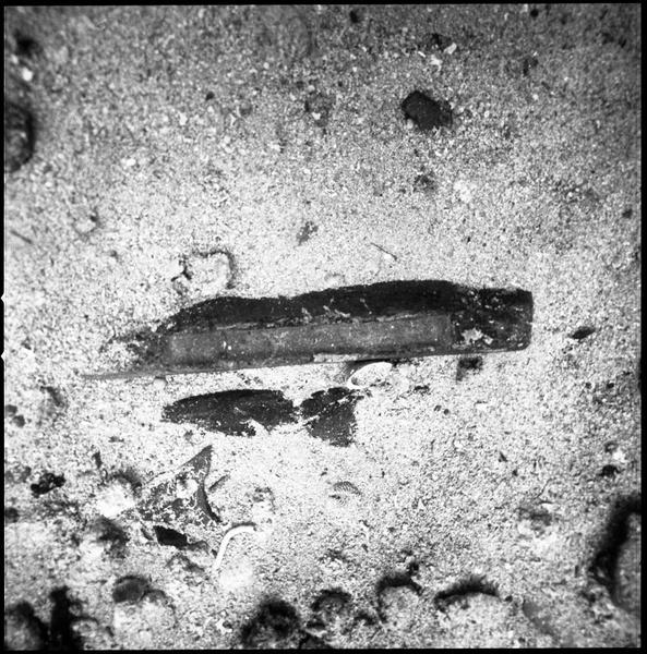 Vue sous-marine d'un lingot de plomb in situ (fouille R. Lequément).