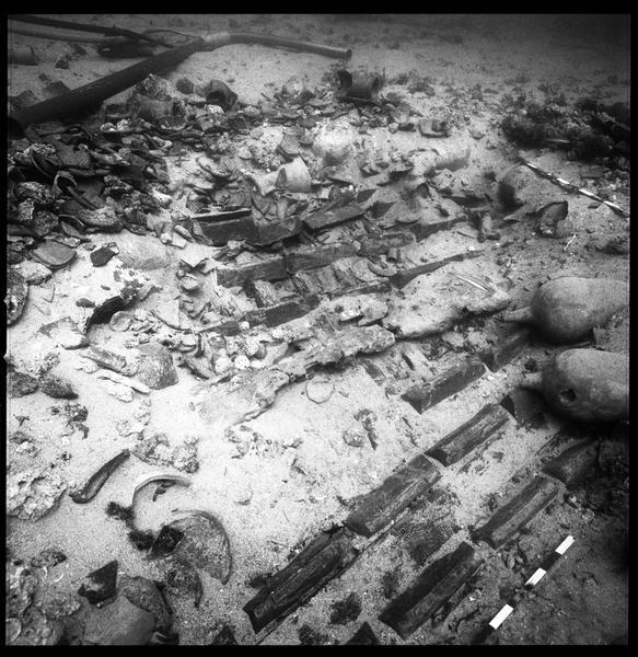 Vue sous-marine des lingots de plomb in situ (fouille R. Lequément).