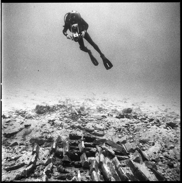 Vue sous-marine des lingots de plomb in situ et du photographe (fouille R. Lequément).