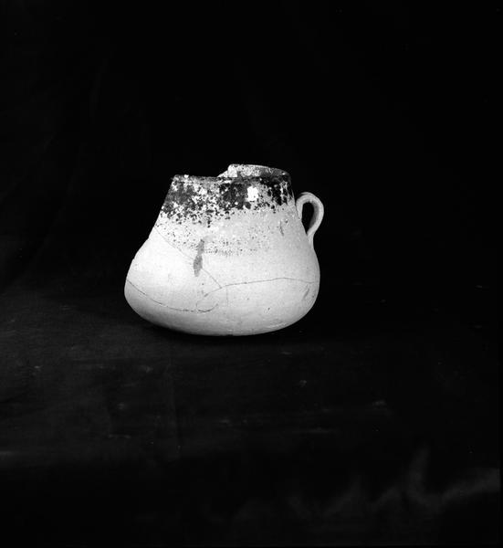Vue d'une marmite à anse de céramique vernissée (fouille A. Taniou).