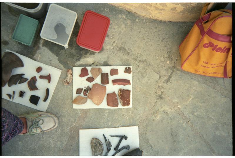 Vue d'un lot de fragments de céramique diverse (fouille H. Bernard/Drassm).