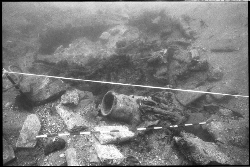 Vue sous-marine de fragment de céramique in situ (fouille M. L'Hour/Drassm).