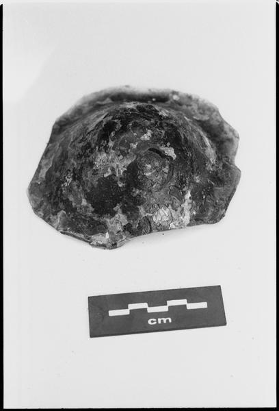 Vue d'un fragment de fond de bouteille de verre (fouille M. L'Hour/Drassm).