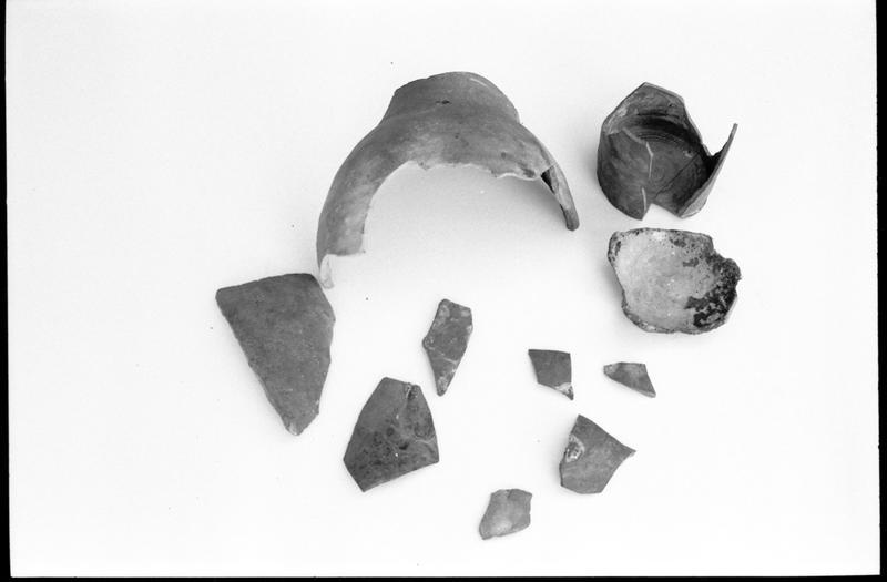 Vue d'un lot de fragments de bouteille de grès (fouille M. L'Hour/Drassm).