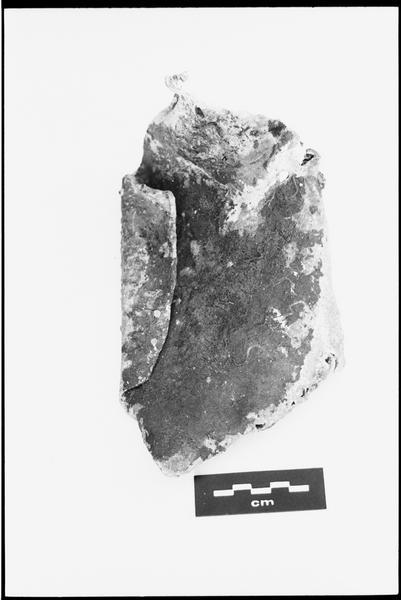Vue d'une plaque de métal (fouille M. L'Hour/Drassm).