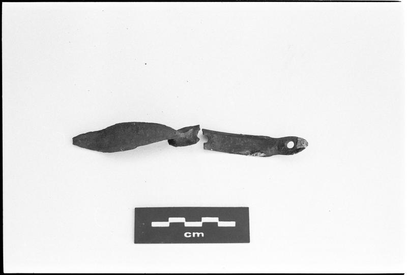 Vue d'une plaque et poignée en métal (fouille M. L'Hour/Drassm).
