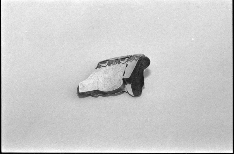 Vue d'un fragment de céramique vernissée ornée d'une frise (fouille M. L'Hour/Drassm).