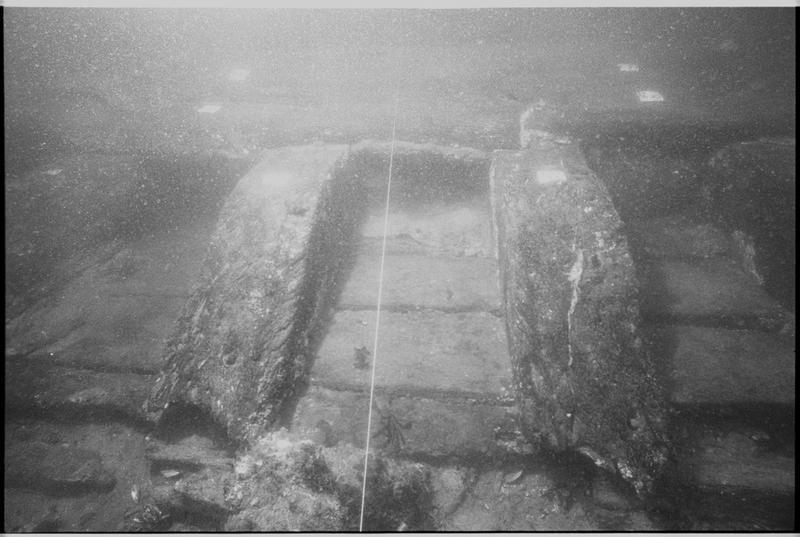 Vue sous-marine de détail d'un élément de la carène (fouille M. L'Hour/Drassm).