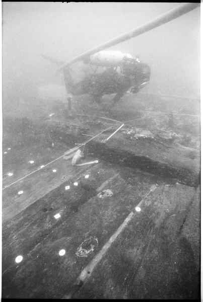 Vue sous-marine d'un plongeur sur la carène (fouille M. L'Hour/Drassm).