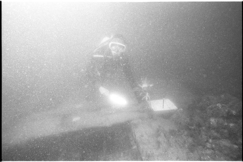 Vue sous-marine d'un plongeur effectuant le relevé de la carène (fouille M. L'Hour/Drassm).