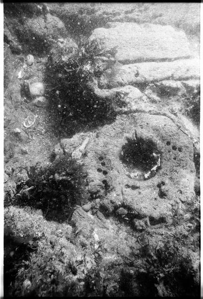 Vue sous-marine d'un fragment de poulie in situ (fouille M. L'Hour/Drassm).