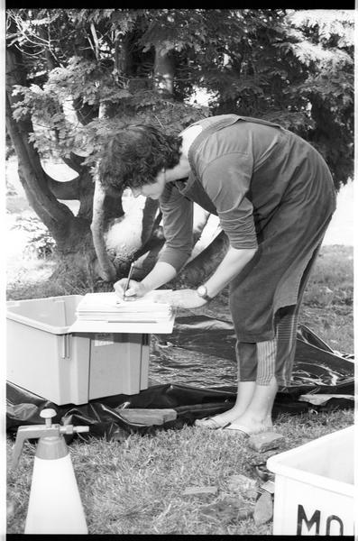 Vue de l'un des membres de l'équipe (Elisabeth Veyrat) effectuant l'inventaire du matériel (fouille M. L'Hour/Drassm).