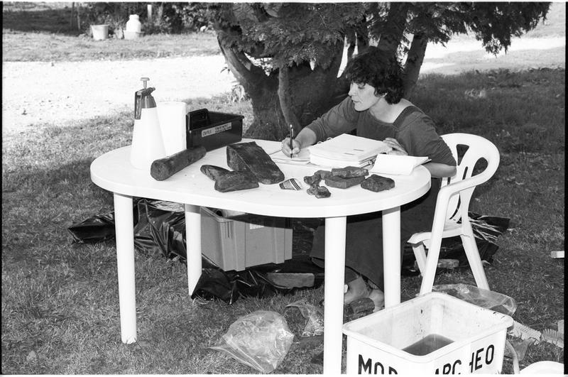 Vue de l'un des membres de l'équipe effectuant l'inventaire du matériel (fouille M. L'Hour/Drassm).