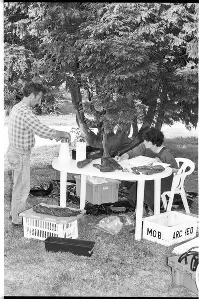 Vue de deux des membres de l'équipe effectuant l'inventaire du matériel (fouille M. L'Hour/Drassm).