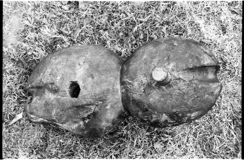 Vue de deux éléments de poulie de bois (fouille M. L'Hour/Drassm).