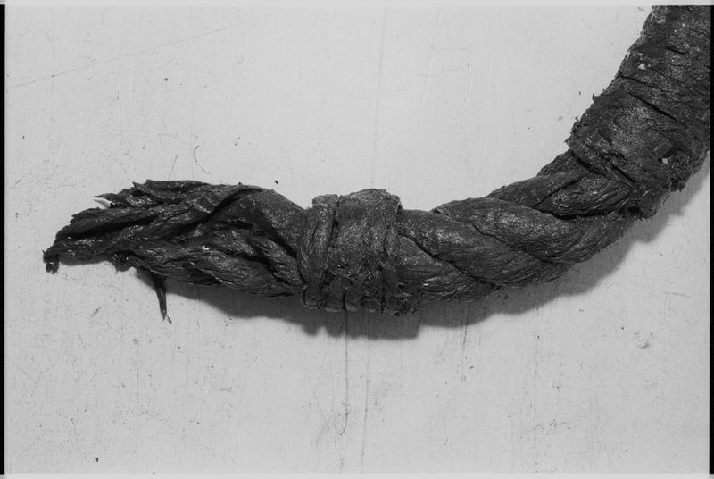 Vue de détail d'un fragment de cordage (fouille M. L'Hour/Drassm).