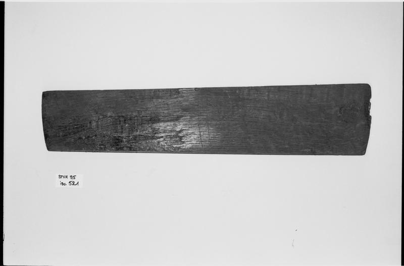 Vue d'une douelle de tonneau de bois (fouille M. L'Hour/Drassm).