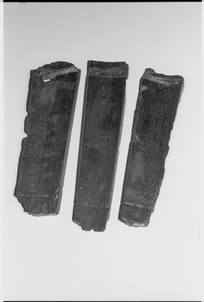Vue d'un lot de trois douelles de tonneau de bois (fouille M. L'Hour/Drassm).