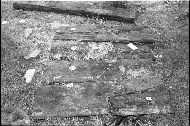 Vue d'un lot de bordé de la carène en bois (fouille M. L'Hour/Drassm).