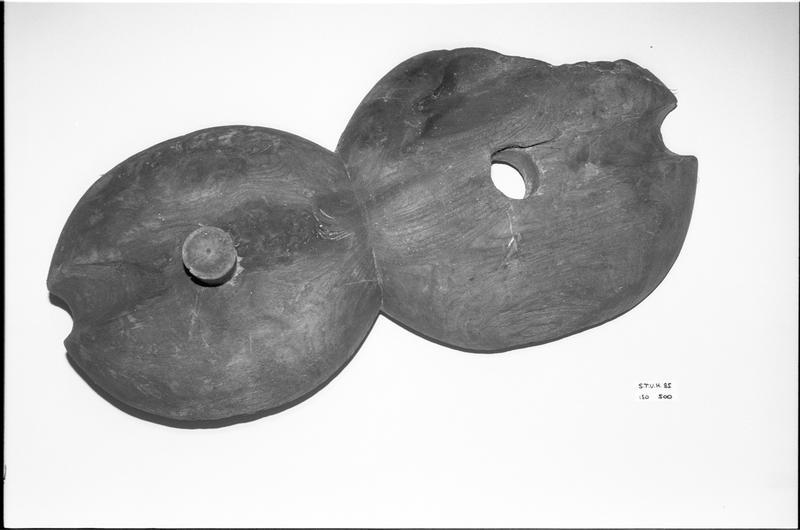 Vue d'une poulie violon de bois (fouille M. L'Hour/Drassm).
