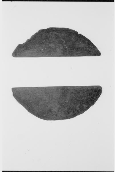 Vue de deux éléments du fond d'un tonneau de bois (fouille M. L'Hour/Drassm).