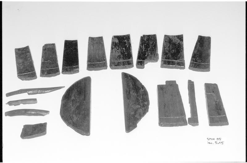 Vue des éléments composant un seau de bois (fouille M. L'Hour/Drassm).