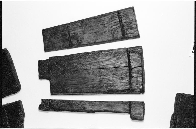 Vue de trois douelles composant un seau de bois (fouille M. L'Hour/Drassm).