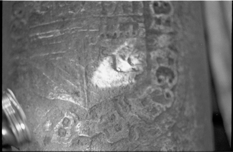 Vue de détail d'une marque de blason sur un canon (fouille M. L'Hour/Drassm).