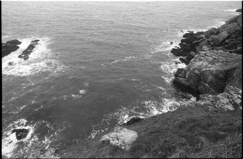 Vue de la falaise et des escaliers taillés le long de la falaise lors du naufrage pour vider l'épave (fouille M. L'Hour/Drassm).