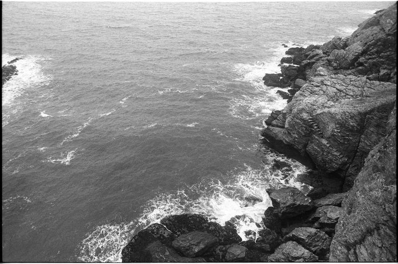 Vue de la falaise et des escaliers taillés lors du naufrage pour vider l'épave (fouille M. L'Hour/Drassm).