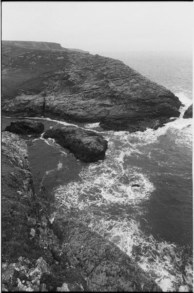 Vue du site depuis le haut de la falaise (fouille M. L'Hour/Drassm).
