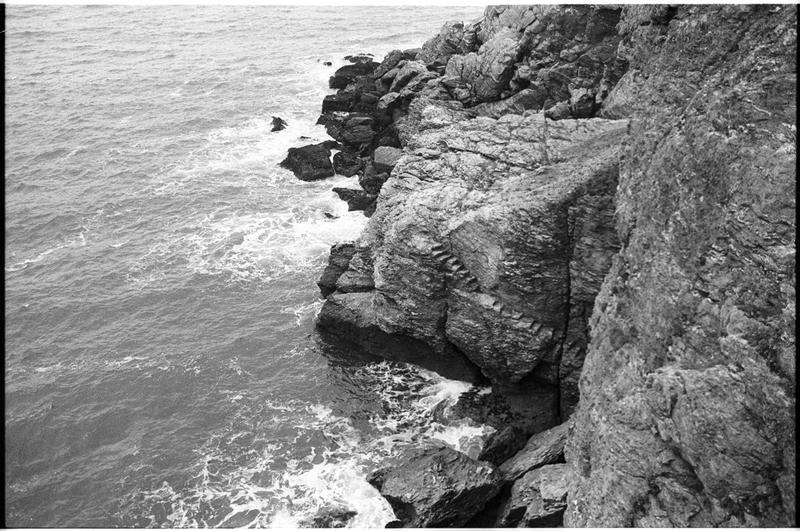 Vue des escaliers taillés le long de la falaise lors du naufrage pour vider l'épave (fouille M. L'Hour/Drassm).