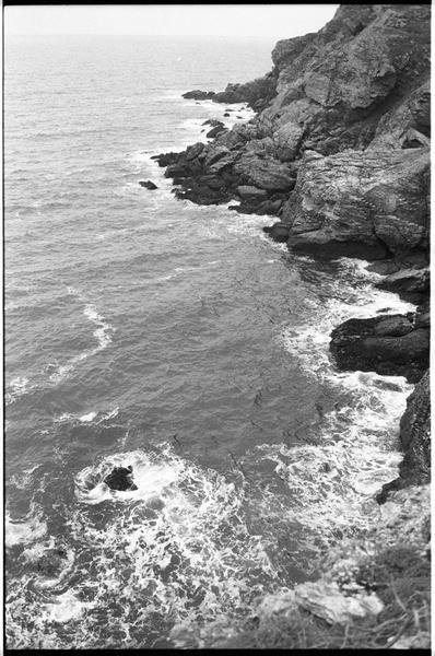 Vue des falaises aux alentours de l'épave (fouille M. L'Hour/Drassm).