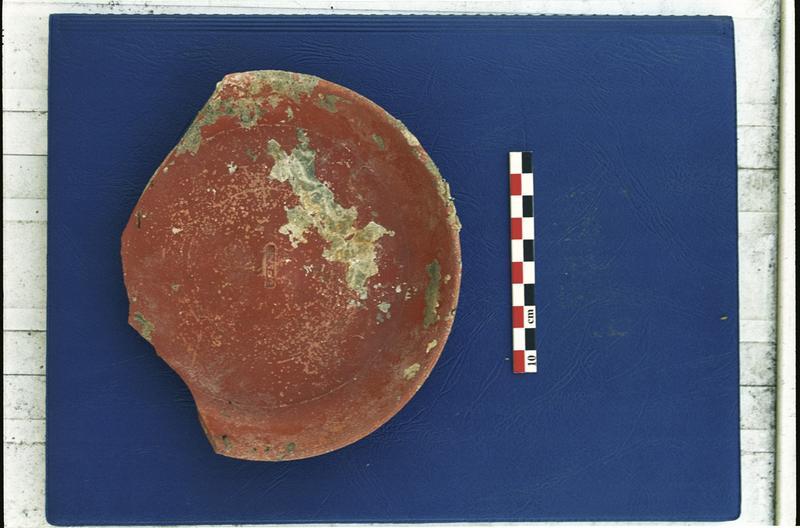Vue d'une assiette de sigillée estampillée (fouille M. Guyon).