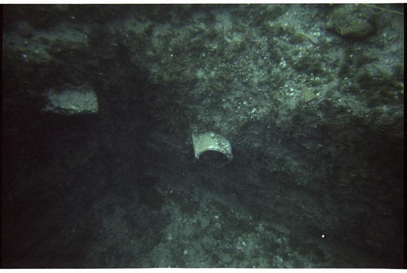 Vue sous-marine d'un fragment de céramique in situ (fouille M. Guyon).